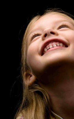 lachendes Mädchen mit weißen Zähnen
